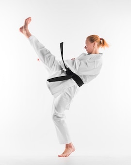 Kaukasischer karatekämpfer, der vollen schuss übt