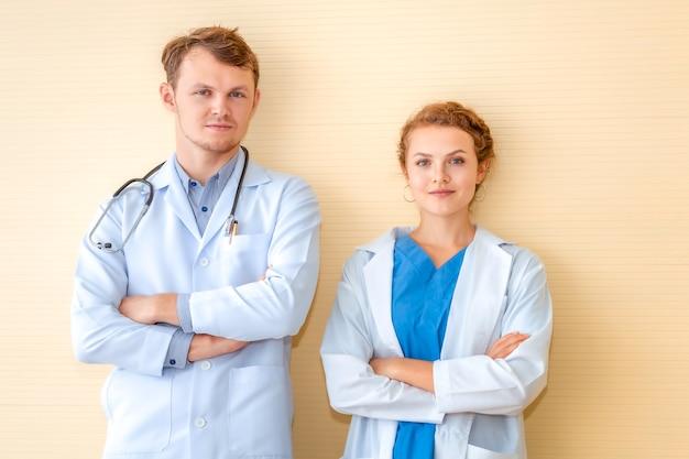 Kaukasischer mann der ärzte und junges doktorfrauenlächeln.