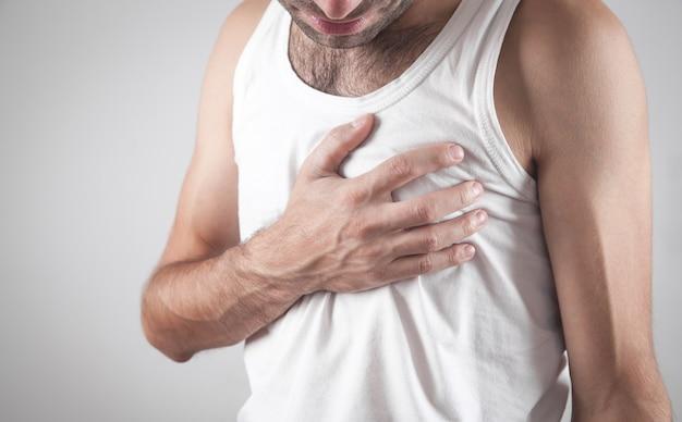 Kaukasischer mann, der brustschmerzen hat. herzinfarkt