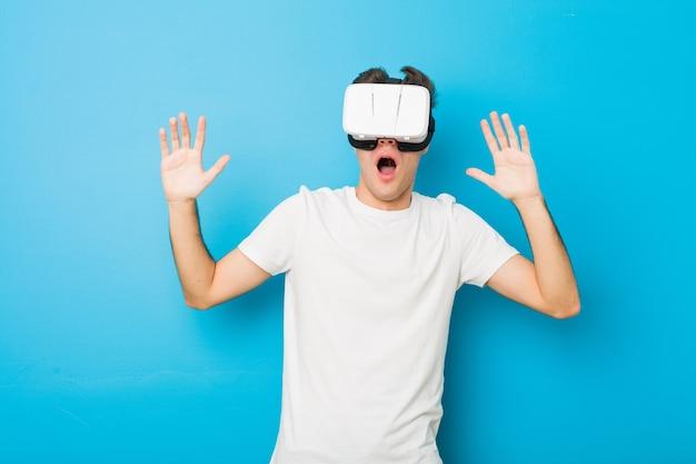 Kaukasischer mann, der gläser einer virtuellen realität verwendet