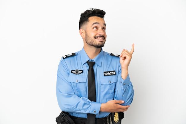 Kaukasischer mann der polizei isoliert auf weißem hintergrund, der auf eine großartige idee zeigt