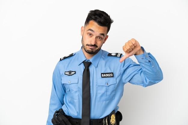 Kaukasischer mann der polizei isoliert auf weißem hintergrund, der daumen nach unten mit negativem ausdruck zeigt