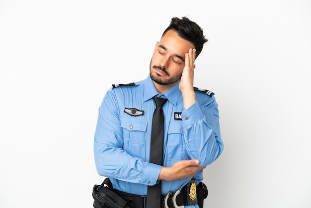 Kaukasischer mann der polizei isoliert auf weißem hintergrund mit kopfschmerzen