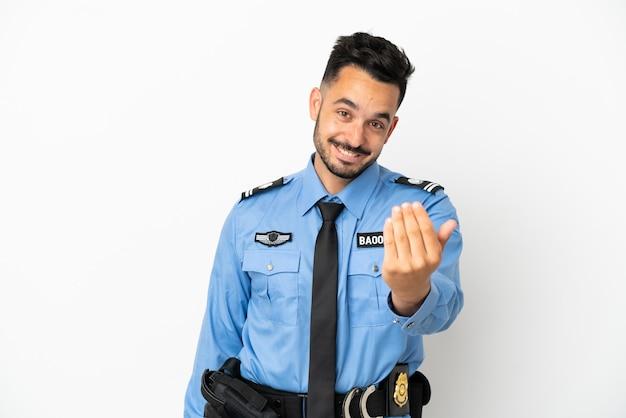 Kaukasischer mann der polizei lokalisiert auf weißem hintergrund, der einlädt, mit der hand zu kommen. schön, dass du gekommen bist