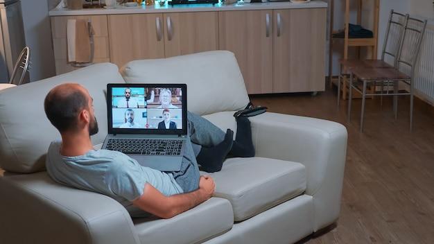 Kaukasischer mann, der während des videoanrufs über ein geschäftskommunikationsprojekt spricht