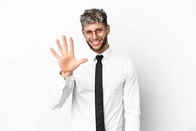 Kaukasischer mann des geschäfts lokalisiert auf weißem hintergrund, der fünf mit den fingern zählt