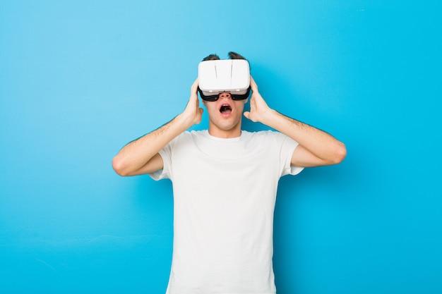 Kaukasischer mann des jugendlichen, der gläser einer virtuellen realität verwendet
