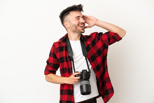 Kaukasischer mann des jungen fotografen lokalisiert auf weißem hintergrund hat etwas erkannt und beabsichtigt die lösung