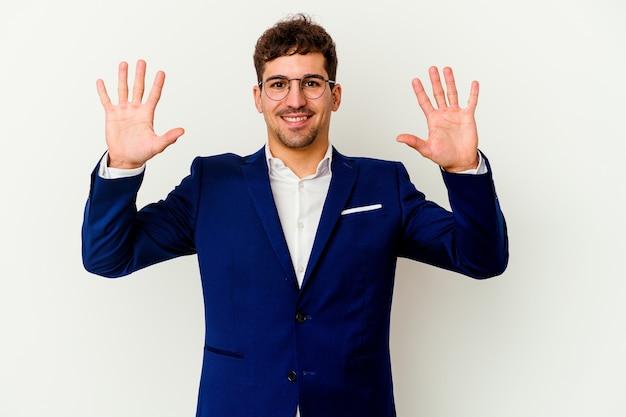Kaukasischer mann des jungen geschäfts lokalisiert auf weißem hintergrund, der nummer zehn mit den händen zeigt.