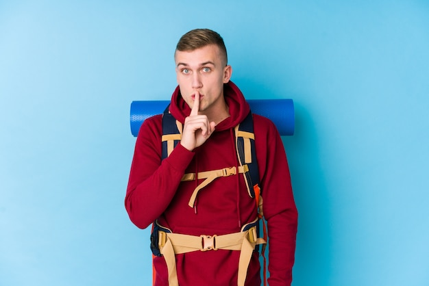 Kaukasischer mann des jungen reisenden, der ein geheimnis hält oder um ruhe bittet.