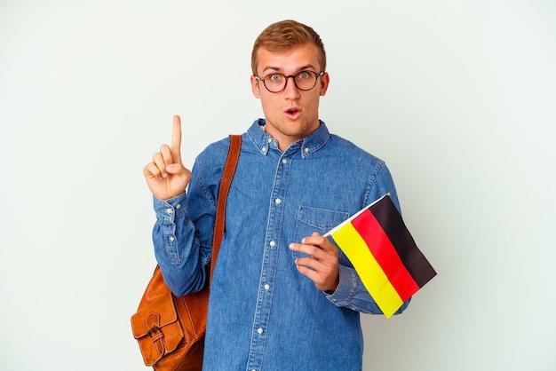 Kaukasischer mann des jungen studenten, der deutsch studiert, lokalisiert auf weiß, der irgendeine großartige idee, konzept der kreativität hat.