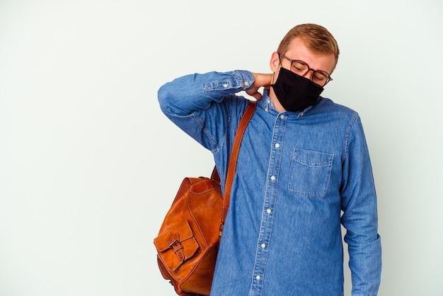 Kaukasischer mann des jungen studenten, der deutsch studiert, lokalisiert auf weißem hintergrund, der den hinterkopf berührt, denkt und eine wahl trifft