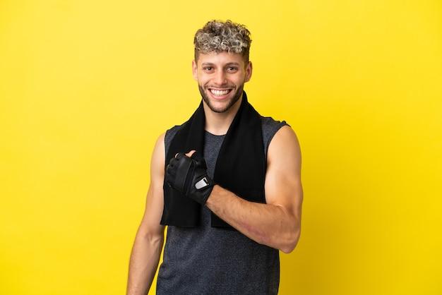 Kaukasischer mann des sports lokalisiert auf gelbem hintergrund, der einen sieg feiert