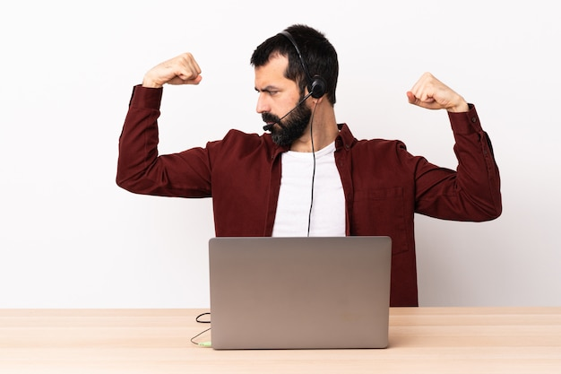 Kaukasischer mann des telemarketers, der mit einem headset und mit laptop arbeitet, die starke geste tun.