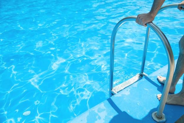 Kaukasischer mann im schwimmbad.