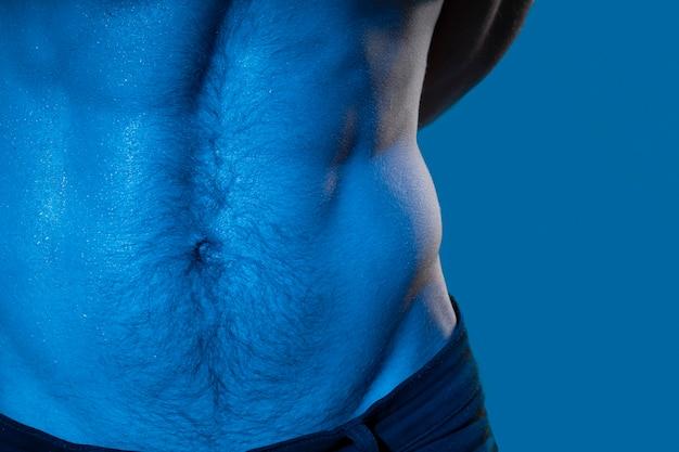 Kaukasischer mann in blautönen