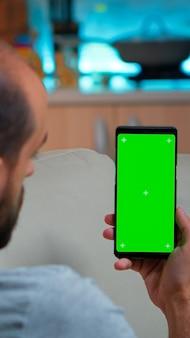 Kaukasischer mann liest soziale online-informationen am telefon