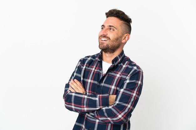 Kaukasischer mann lokalisiert auf weißem hintergrund glücklich und lächelnd