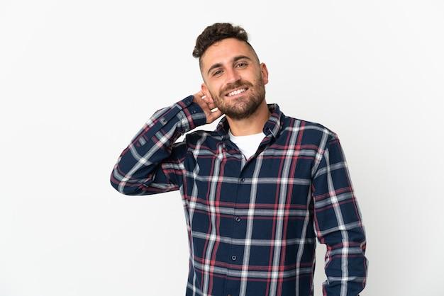 Kaukasischer mann lokalisiert auf weißem hintergrund lachend