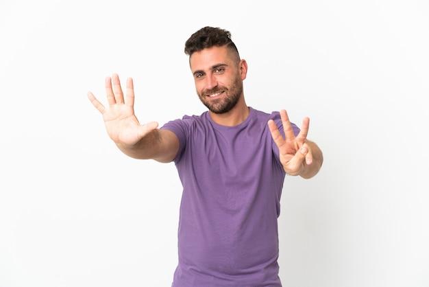 Kaukasischer mann lokalisiert auf weißer wand, die acht mit den fingern zählt