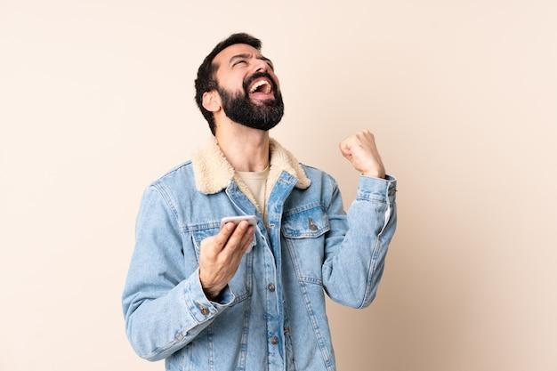 Kaukasischer mann mit bart über mauer überrascht und eine nachricht sendend