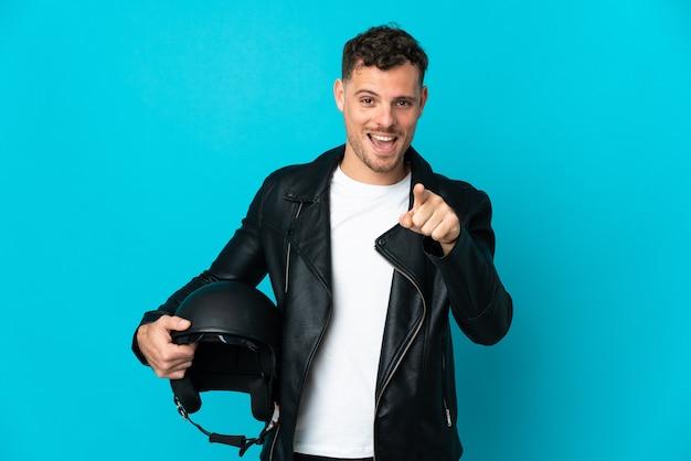 Kaukasischer mann mit einem motorradhelm lokalisiert