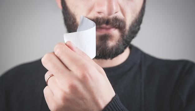 Kaukasischer mann mit klebeband auf mund. zensurkonzept