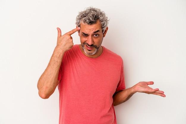Kaukasischer mann mittleren alters isoliert auf weißem hintergrund, der eine enttäuschungsgeste mit dem zeigefinger zeigt.