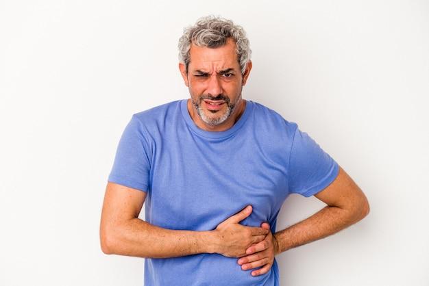 Kaukasischer mann mittleren alters isoliert auf weißem hintergrund mit leberschmerzen, bauchschmerzen.