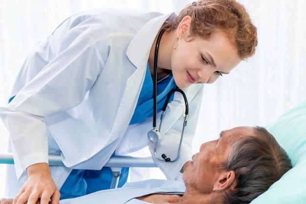 Kaukasischer professioneller arzt der frau, der mit patient im krankenzimmer beruhigt und bespricht.