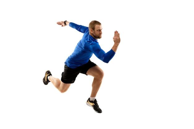 Kaukasischer professioneller läufer, jogger-training isoliert auf weißem studiohintergrund in feuer