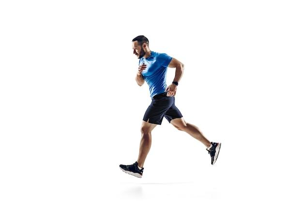 Kaukasischer professioneller männlicher athlet, läufertraining lokalisiert auf weißem hintergrund.