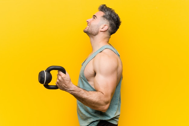 Kaukasischer trainer mann mit einer hantel