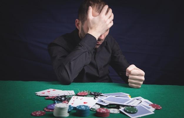 Kaukasischer trauriger mann im kasino.