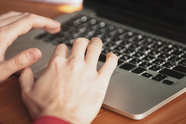 Kaukasischer unternehmer, geschäftsmann, manager, der im büro arbeitet, nahaufnahme. text eingeben, bericht schreiben oder aufgaben erledigen. konzept von arbeit, finanzen, geschäft, erfolg und führung. frist, beeilen sie sich.