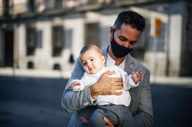 Kaukasischer vater, der ihr baby hält