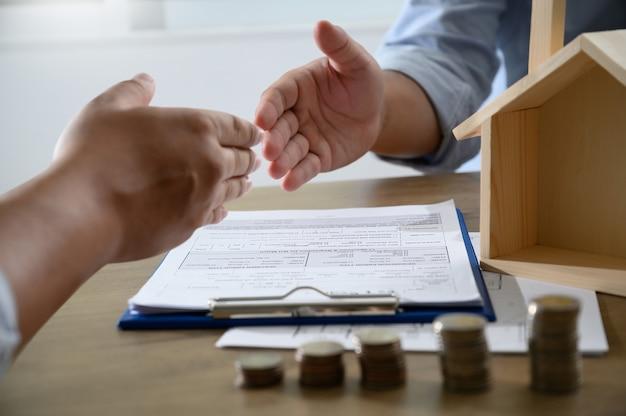 Kaukasischer vermittler real estate und vereinbarung des händeschüttelns