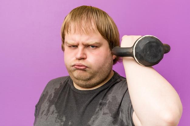 Kaukasischer verrückter blonder dicker mann schwitzt