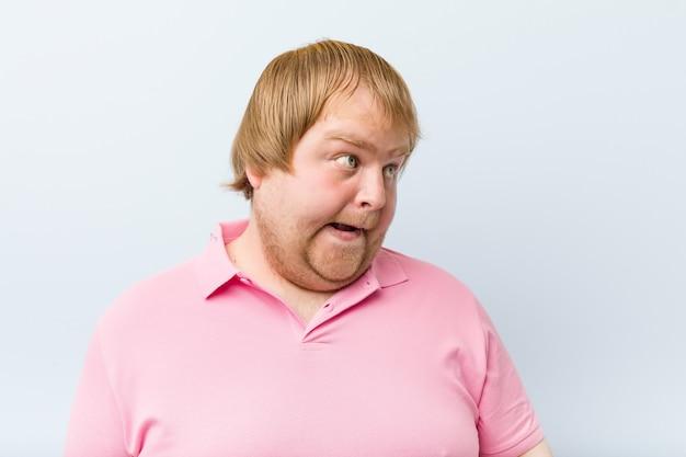 Kaukasischer verrückter blonder dicker mann