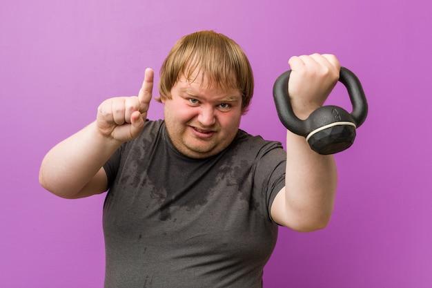 Kaukasischer verrückter blonder fetter schwitzender mann