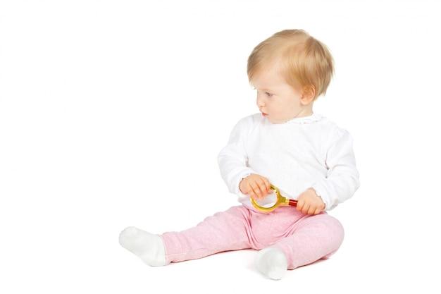 Kaukasisches baby, das lupe lokalisiert auf weiß hält