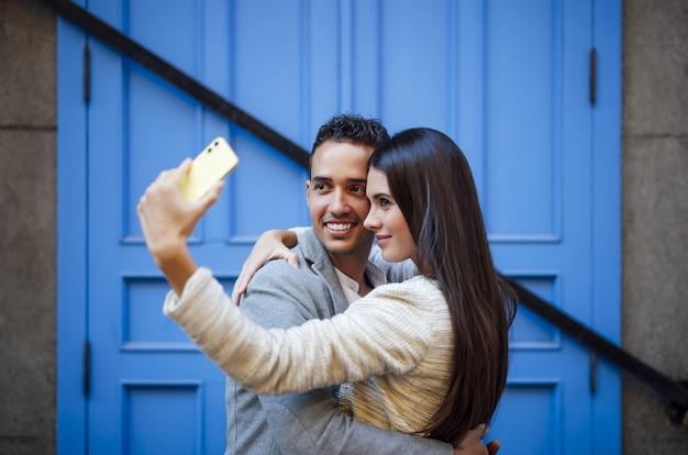 Kaukasisches liebespaar macht ein selfie