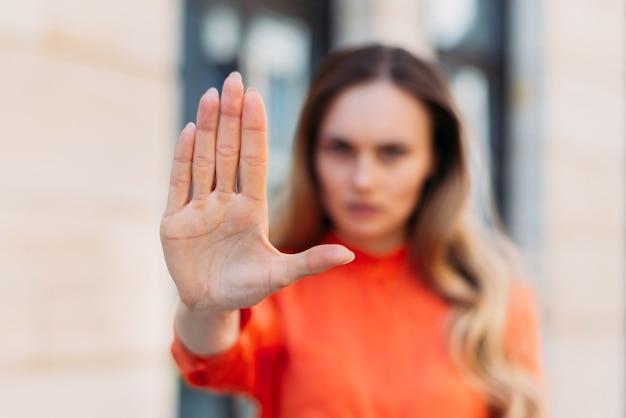 Kaukasisches mädchen mit ernstem gesicht mit der hand macht stoppgeste