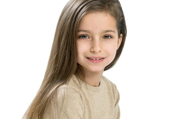 Kaukasisches mädchenkind mit dem langen geraden haar