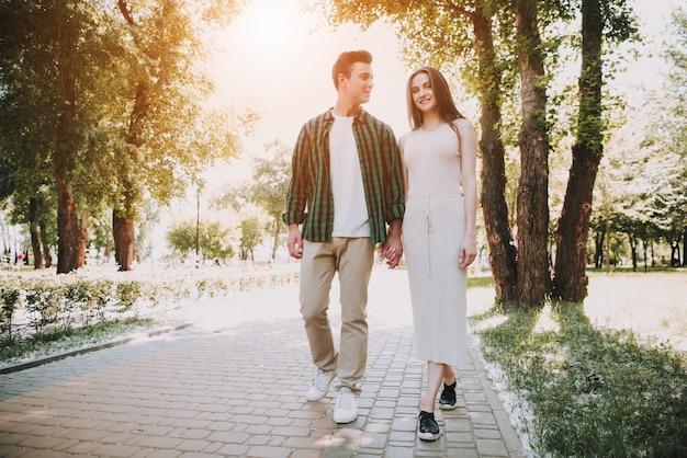 Kaukasisches paar in der liebe geht in sommer-park