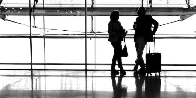 Kaukasisches paar spricht zusammen am flughafen