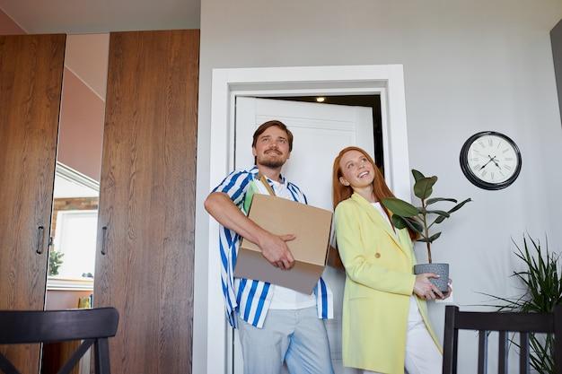 Kaukasisches paar zieht in neue wohnung ein