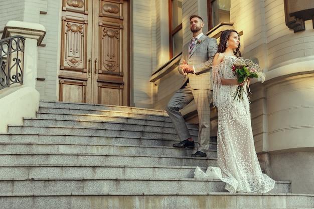 Kaukasisches romantisches junges paar, das ihre ehe in der stadt feiert.