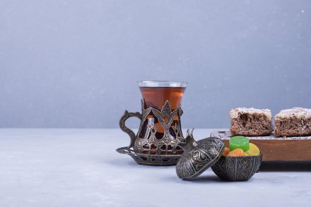 Kaukasisches teeset mit metallischem teeglas und gebäck