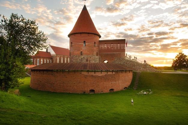 Kaunas-schloss im gotischen stil im sommer bei sonnenuntergang, litauen